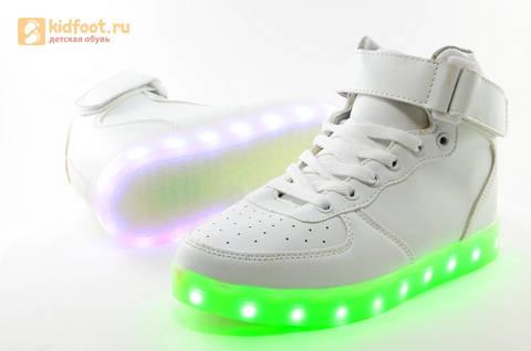Светящиеся высокие кроссовки с USB зарядкой Fashion (Фэшн) на шнурках и липучках, цвет белый, светится вся подошва. Изображение 14 из 27.
