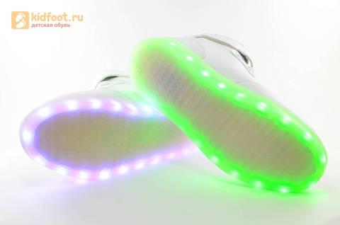 Светящиеся высокие кроссовки с USB зарядкой Fashion (Фэшн) на шнурках и липучках, цвет белый, светится вся подошва. Изображение 17 из 27.