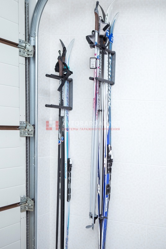 подвесить лыжи на стену