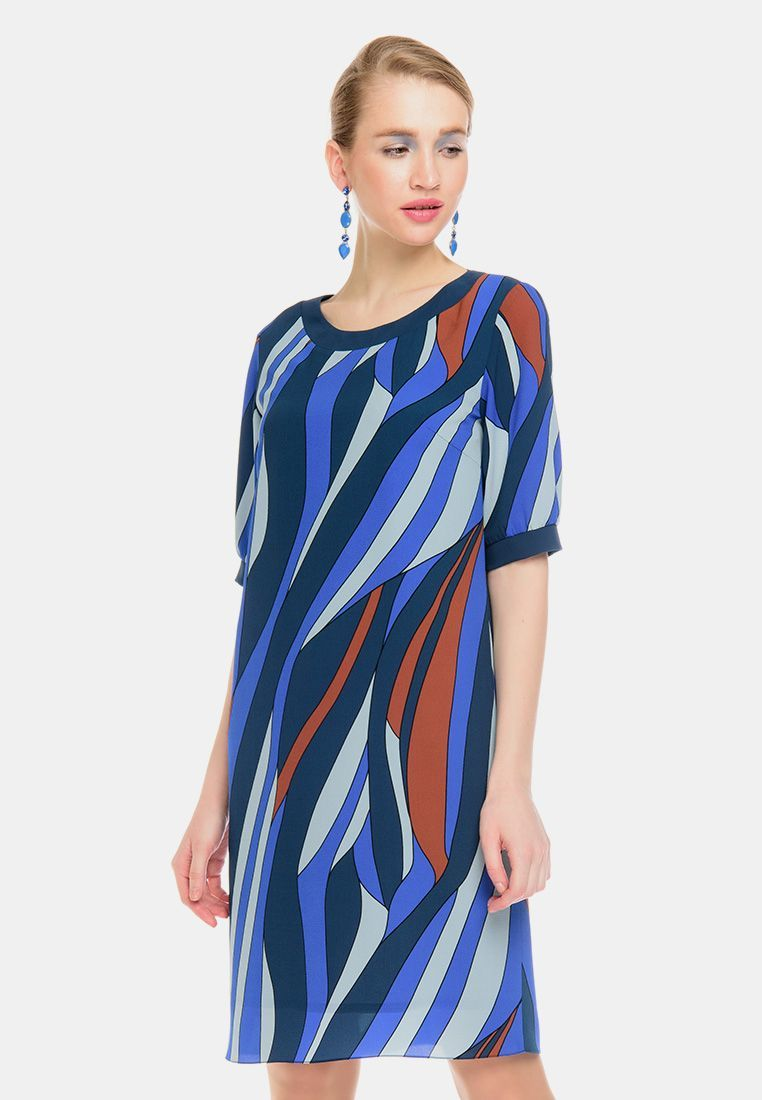 Платье З138-562 - Комфортное платье прямого силуэта с втачными рукавами до локтя. Окантовка    горловины и манжеты на рукавах из однотонной ткани-компаньона. Яркий, графичный принт скрывает возможные недостатки фигуры.