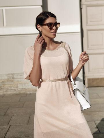 Женское платье персикового цвета на поясе - фото 2