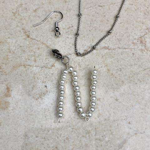 Подвеска Буква N из искусственного жемчуга с замочком серебряного цвета