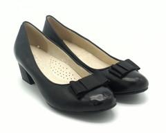 Кожаные туфли на среднем каблуке.