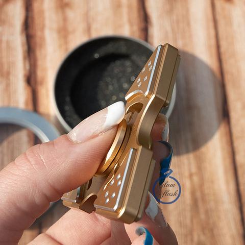 Спиннер из металла трехлучевой со стразами на лепестках золотого цвета 17026M_gold