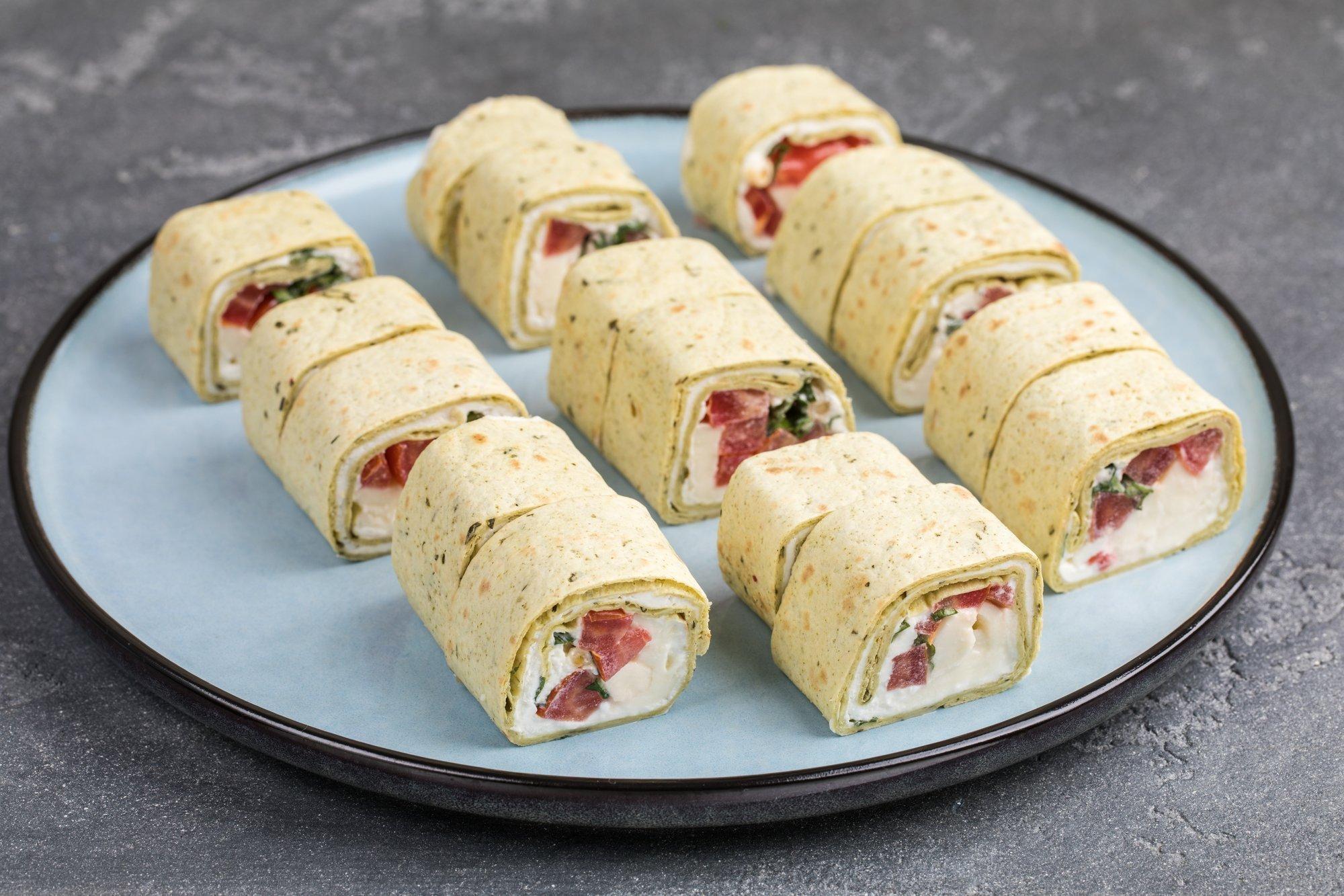 Тортилья с салатом Капрезе