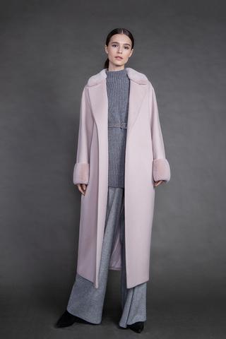 Длинное пальто с воротником и манжетами из норки.