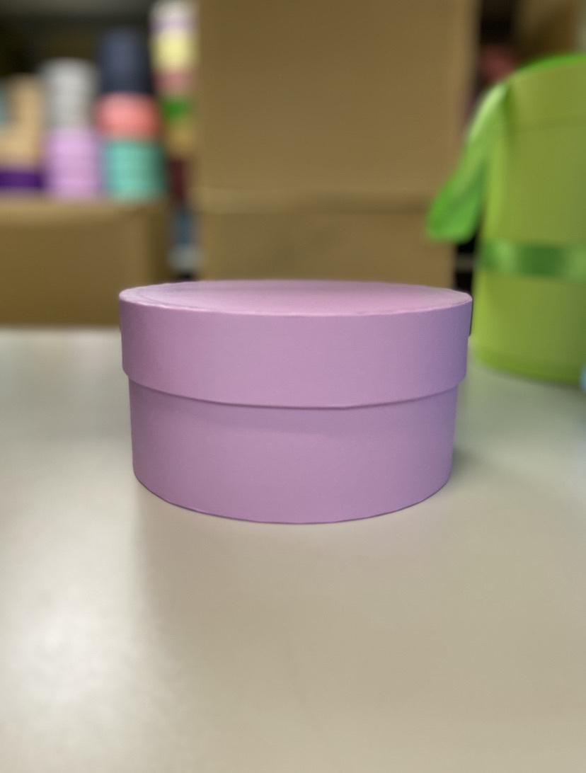 Короткая круглая коробка 16 см.  Цвет:  Светло лиловый . Розница 250 рублей .