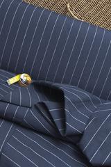 Натуральная льняная ткань, белая полоска на темно-синем фоне