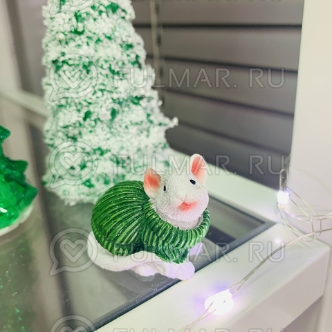Талисман сувенир Белая Мышка Pretty Mouse символ 2020 в зелёном свитере с блёстками