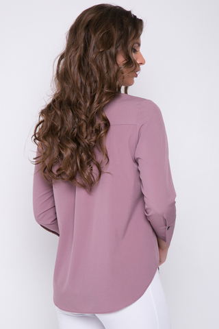 <p>Модная рубашка для успешной леди. По переду планка на пуговицах. Силуэт свободный. Рукав 3/4 на манжете.</p>