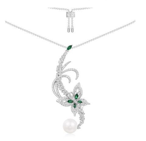 Колье из серебра с бабочкой и зелёными цирконами  в стиле APM MONACO