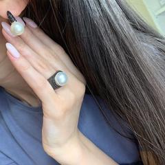 Роскошное кольцо из серебра с черными микроцирконами и жемчугом