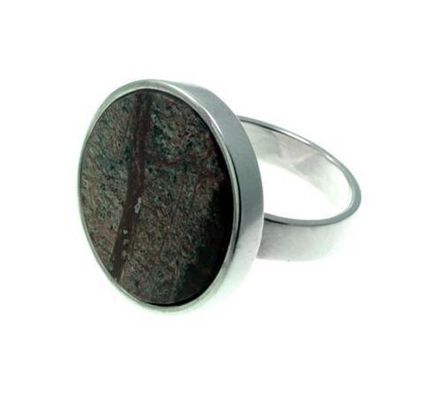 Серебряное кольцо с бордовым мрамором круглой формы