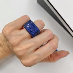 Широкое кольцо из серебра с синими цирконами