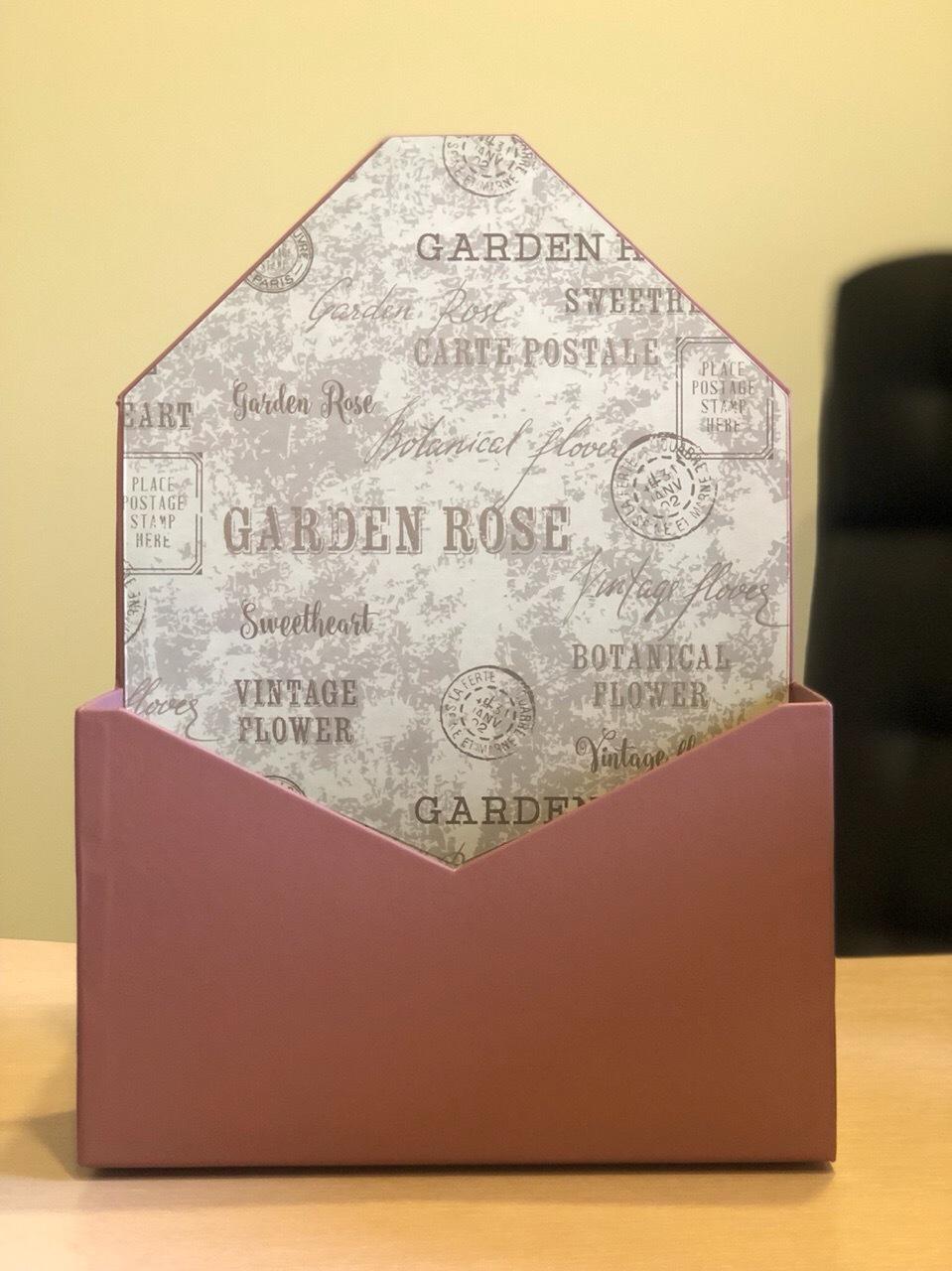 Картонная коробка для цветов в форме конверта . Цвет: Кофейный  .  Розница 300 рублей .
