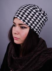 Фэшн. Молодёжные женские шапки. Мелкая лапка на черном.