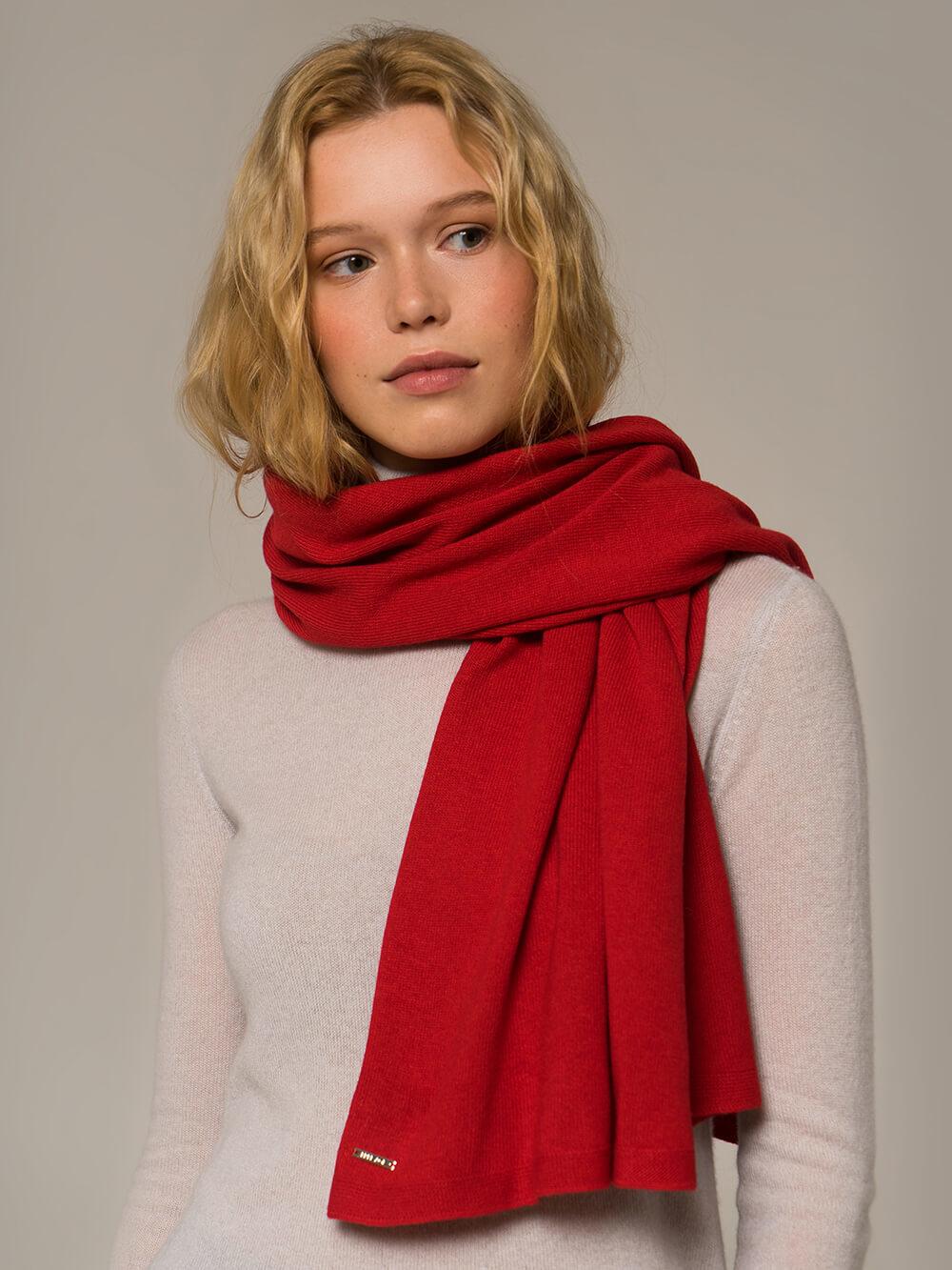 Женский шарф красного цвета - фото 1