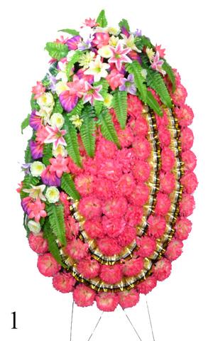 Венок украшенный цветами хризантем, лилий, калл и шиповника