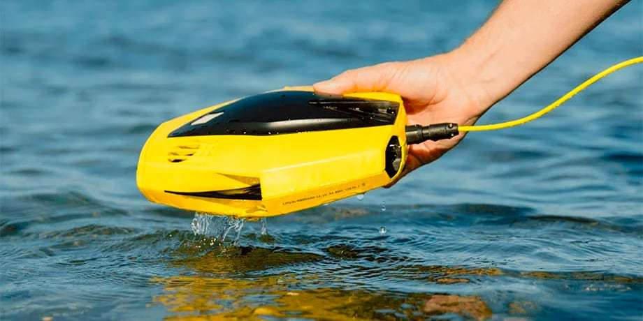 Подводный дрон Chasing Dory в руке