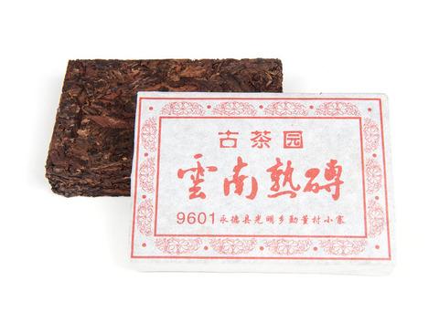 Шу Пуэр Юньнань Шу Чжуань 9601  / кирпич 100 г,  фаб.  Вань Гун Сишуньбаньна, 2013 г