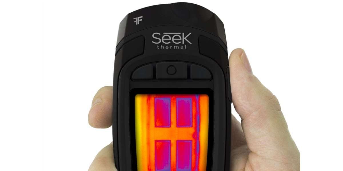 Тепловизор Seek Thermal Reveal XR (Black) в руке