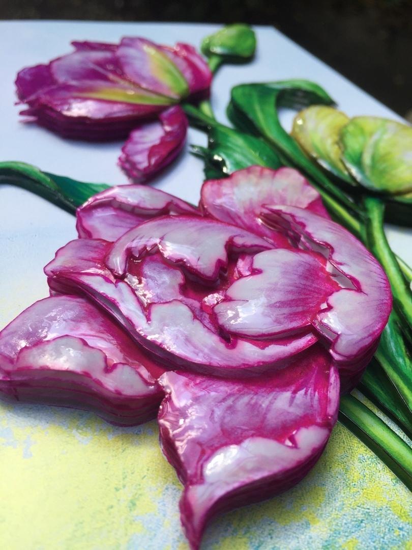 Весенние тюльпаны, покрыты эпоклидной смолой Artline вблизи