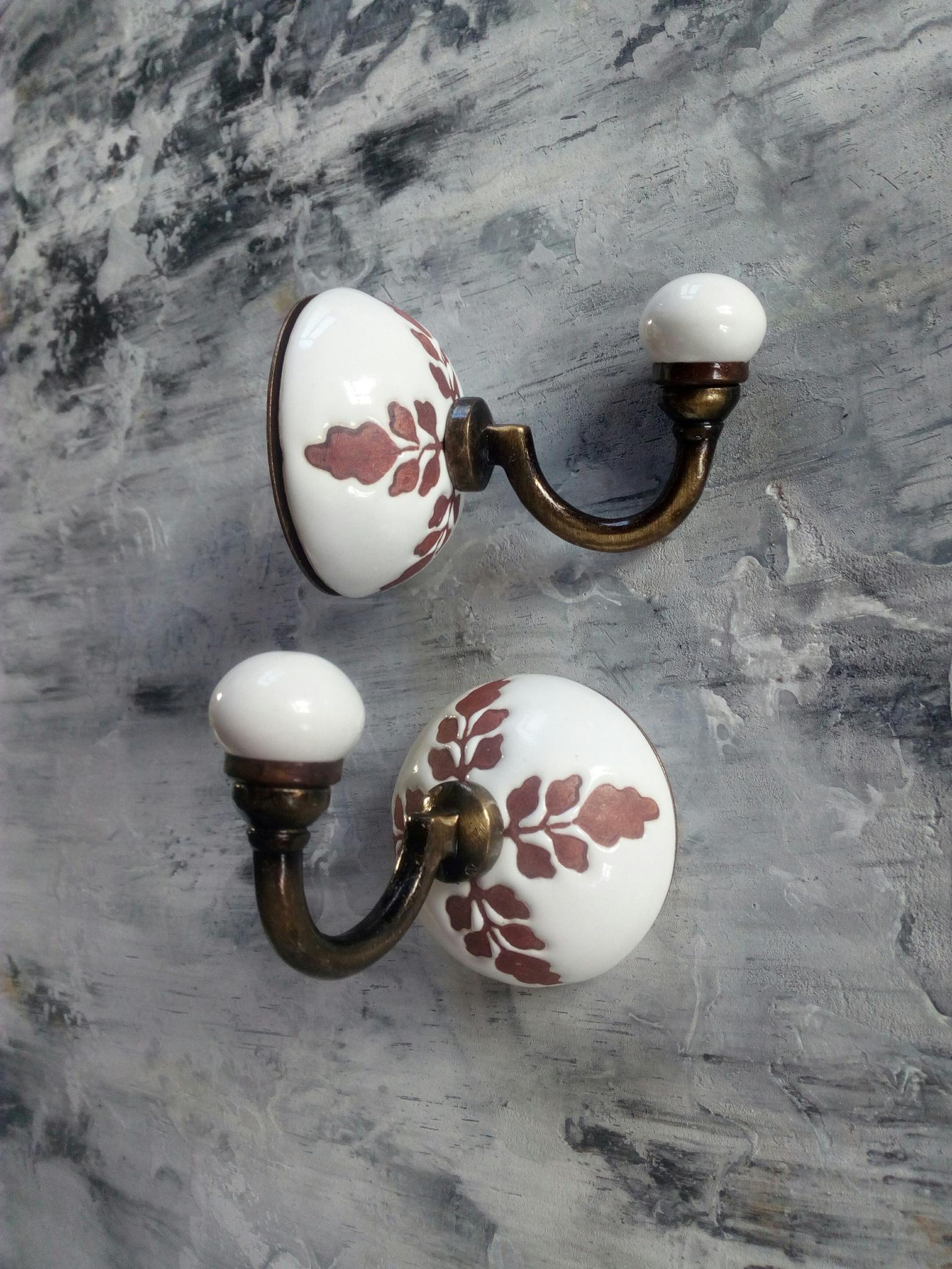 Крючок керамический белый с цветочным орнаментом