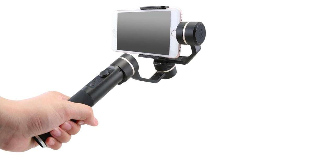 Стабилизатор трехосевой для смартфона Feiyu FY-SPG в руке