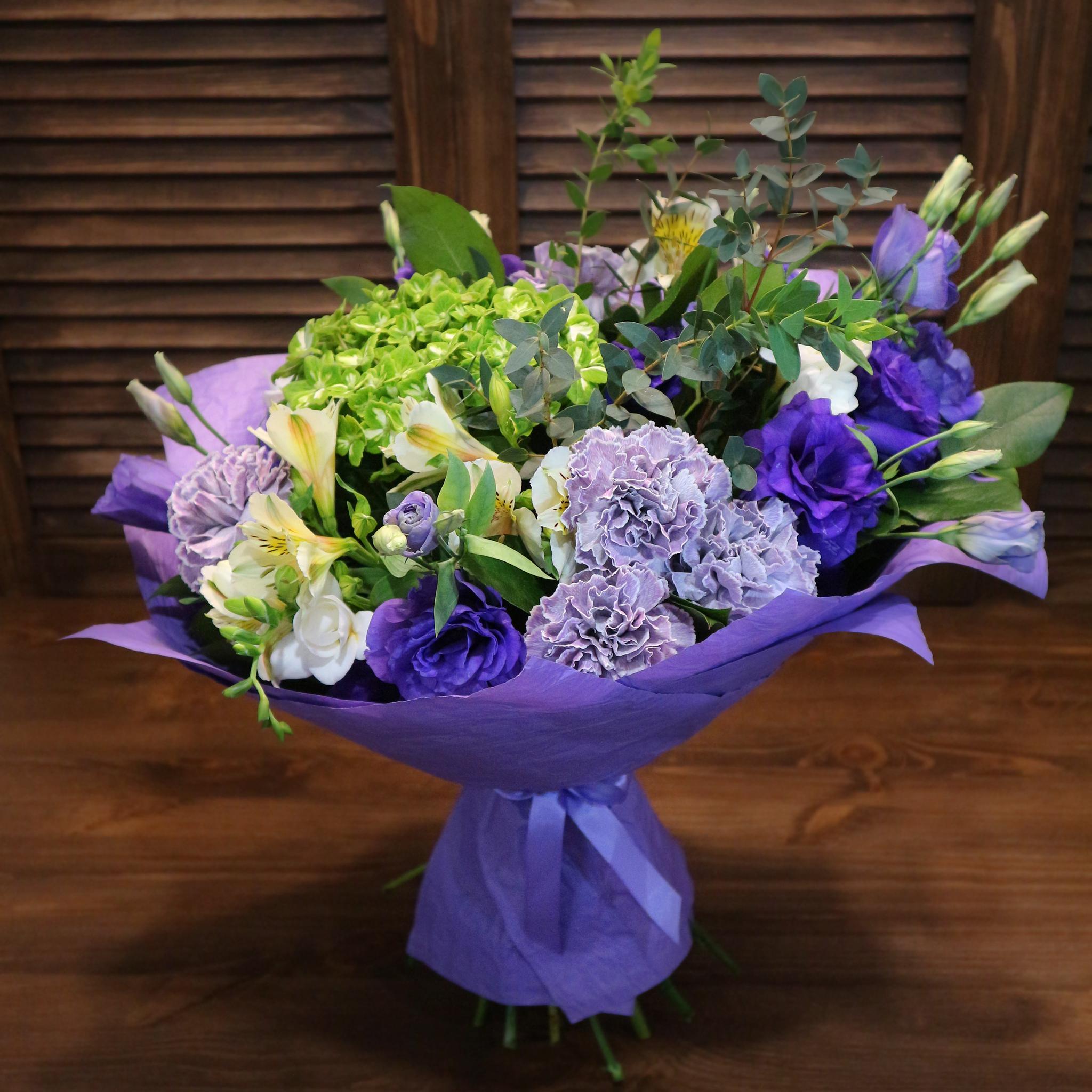 Купить букет в Перми. Зеленая гортензия фиолетовый диантус Блэк Молли белая фрезия эустома альстромерия эвкалипт