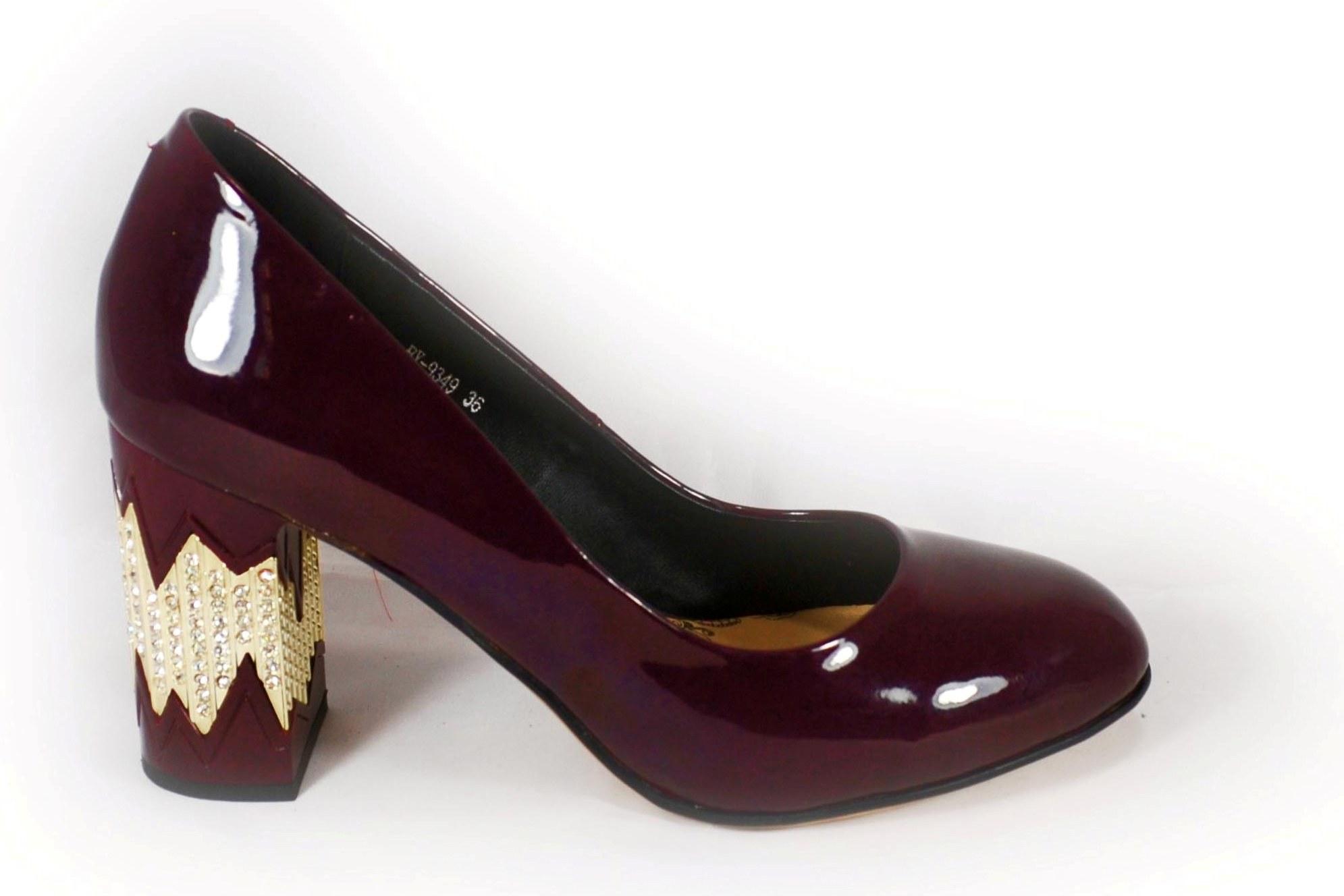 Бордовые туфли на декорированном каблуке