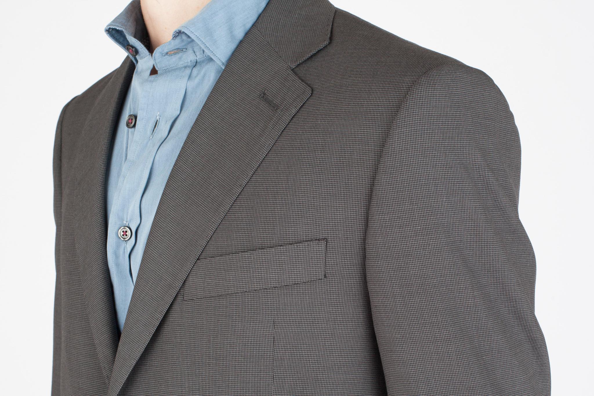 Серый шерстяной костюм в мельчайшую клетку-крапинку, нагрудный карман