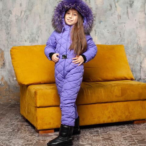 Детский однотонный зимний комбинезон фиолетового цвета и опушкой из натурального меха