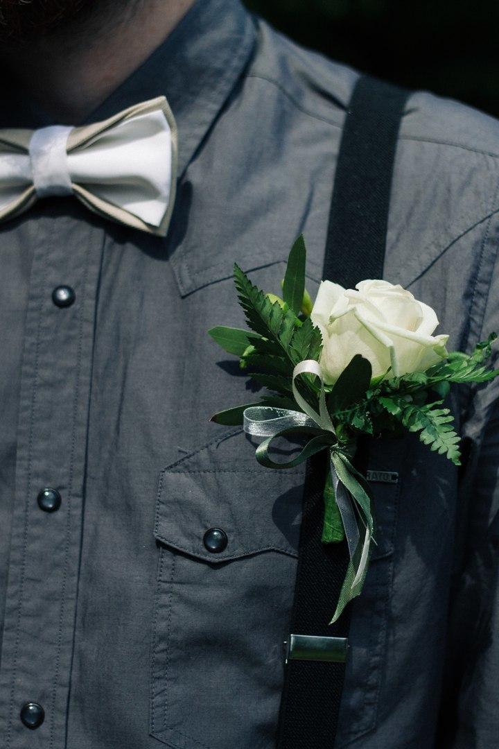Бутоньерка жениха Пермь серая рубашка белая роза лес эко рустик