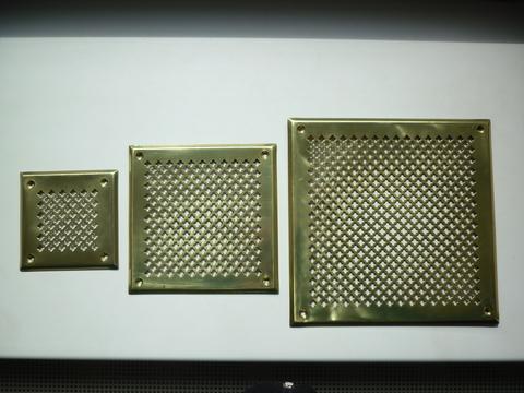 Решётка 150х150 мм, латунь, перфорация цветочек