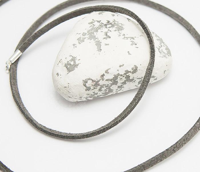 PL284-3 Шнурок на шею из натуральной замши серого цвета (55 см)