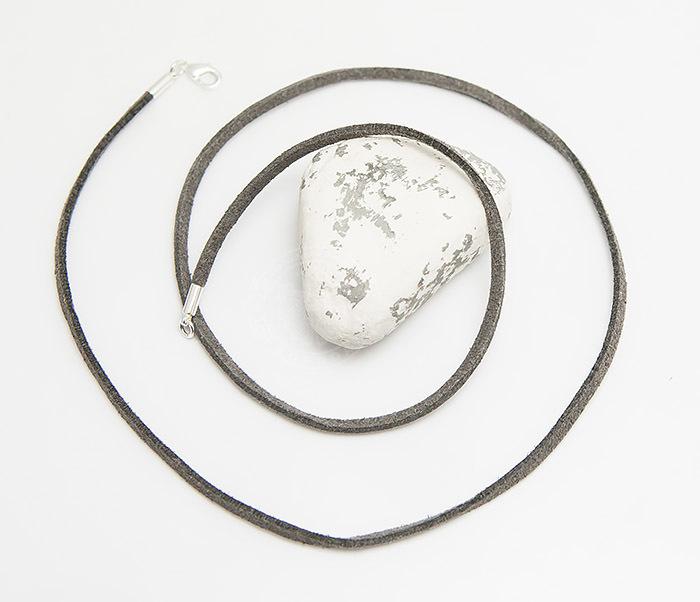 PL284-3 Шнурок на шею из натуральной замши серого цвета (55 см) фото 02