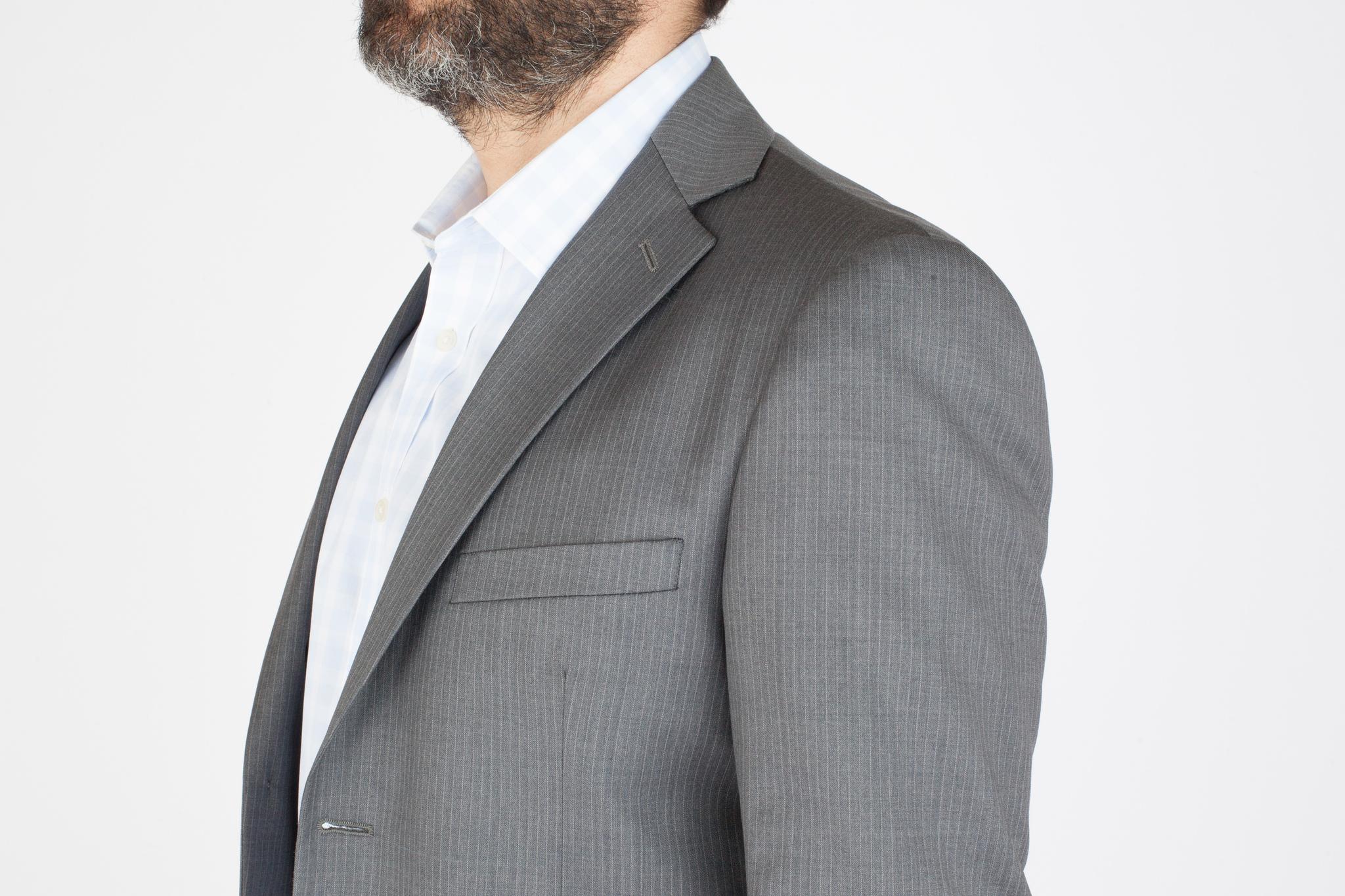 Светло-серый костюм в тонкую частую белую полоску из 100%-ной шерсти, нагрудный карман