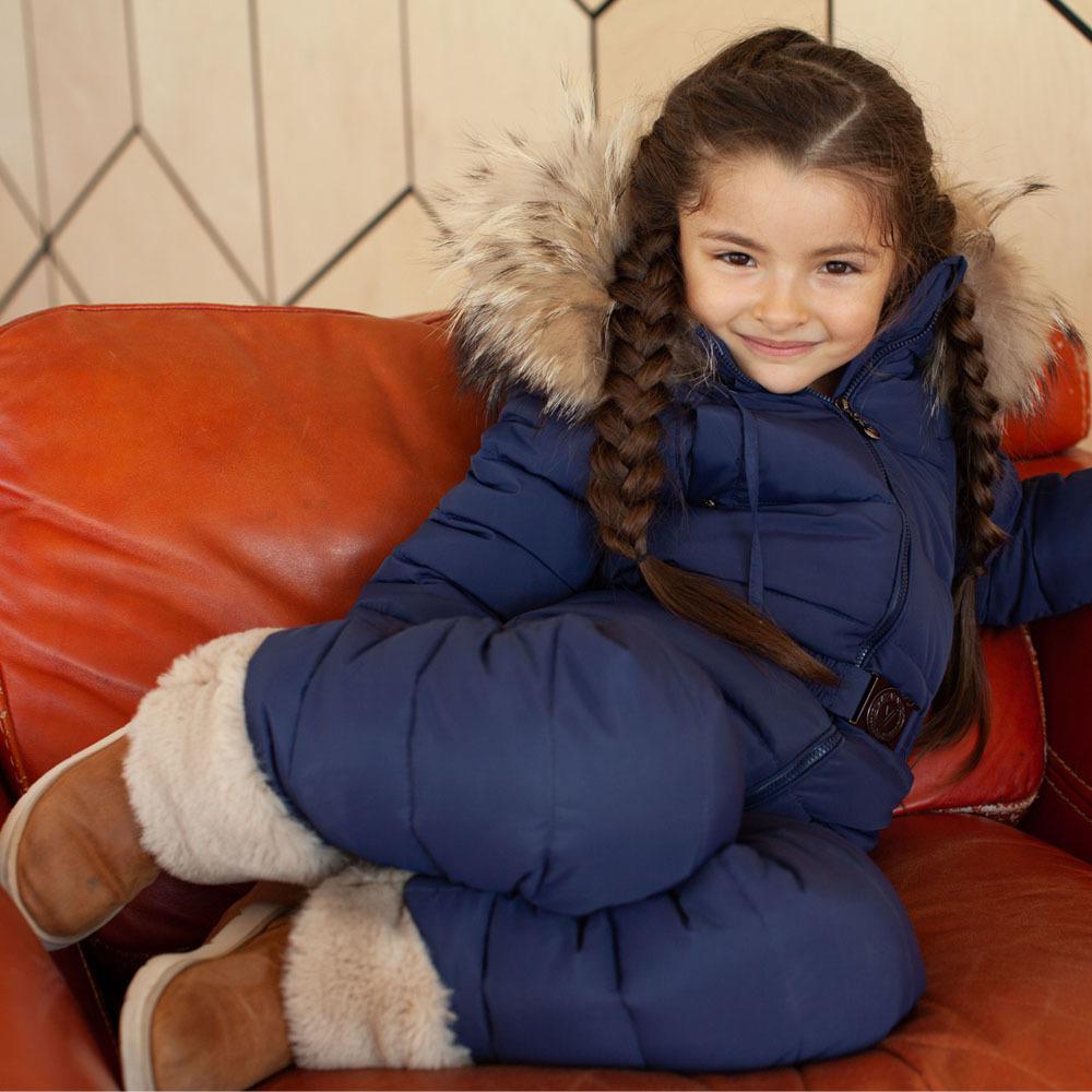 Детский однотонный зимний комбинезон темно-синего цвета и опушкой из натурального меха пепельного цвета