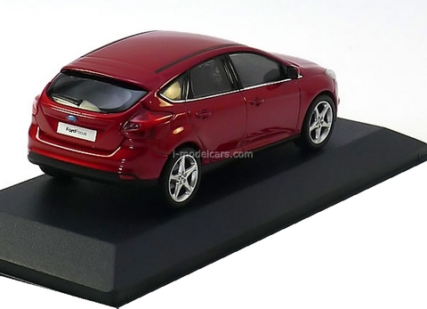 Ford Focus 2011 5dr fire red metallic Minichamps 1:43