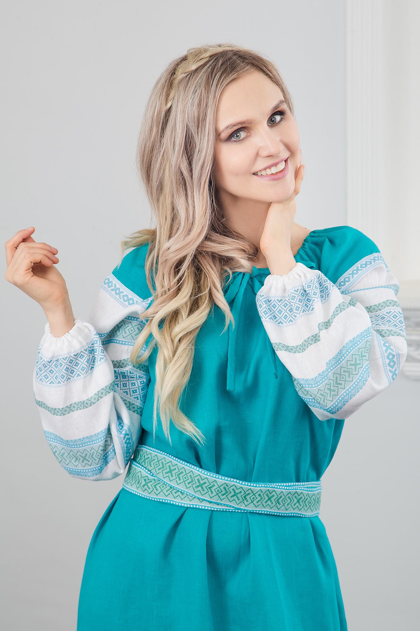 Модель в славянском платье Лазурь, увеличенный вид спереди