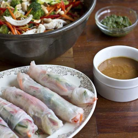 https://static-ru.insales.ru/images/products/1/3867/39022363/spring_rolls_peanut_sauce.jpg