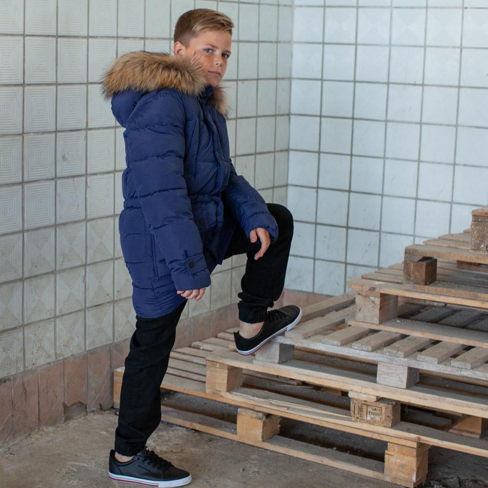 Подростковое зимнее пальто на мальчика синего цвета с натуральным мехом