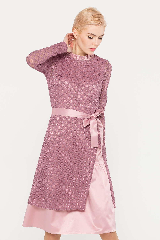 Платье З391-120 - Многослойность в моде! Платье, состоящее из двух частей – основного платья без рукавов и удлиненного полупрозрачного джемпера с высоким разрезом. Вырез горловины кокетливо оформлен невысоким рюшем, подол с широким воланом. Такое платье привлекает внимание необычным дизайном и позволяет менять дизайн по своему усмотрению.