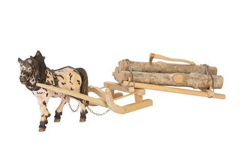 Лошадь в упряжке с дровами
