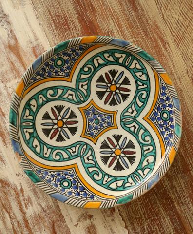 Большая тарелка с росписью и кругами по краям