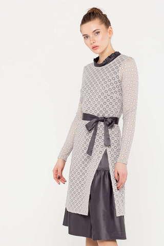 Фото серое многослойное платье, состоящее из нижнего платья и верхней туники с длинными рукавами, выполненной ажурной вязкой. - Платье З391-183 (1)