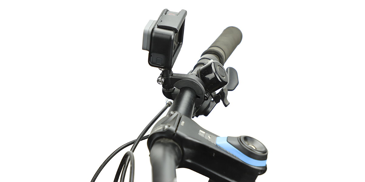 Крепление на руль/седло/раму велосипеда GoPro Pro Handlebar/Seatpost/Pole Mount (AMHSM-001) с камерой вид сбоку