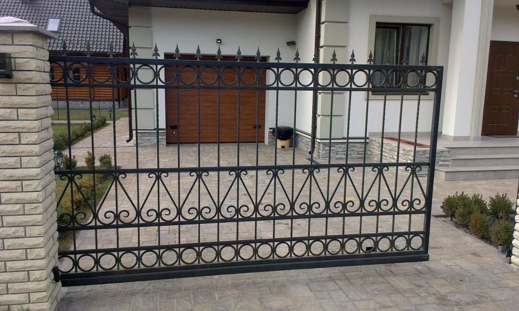 Закрытые кованые откатные ворота фото якорях