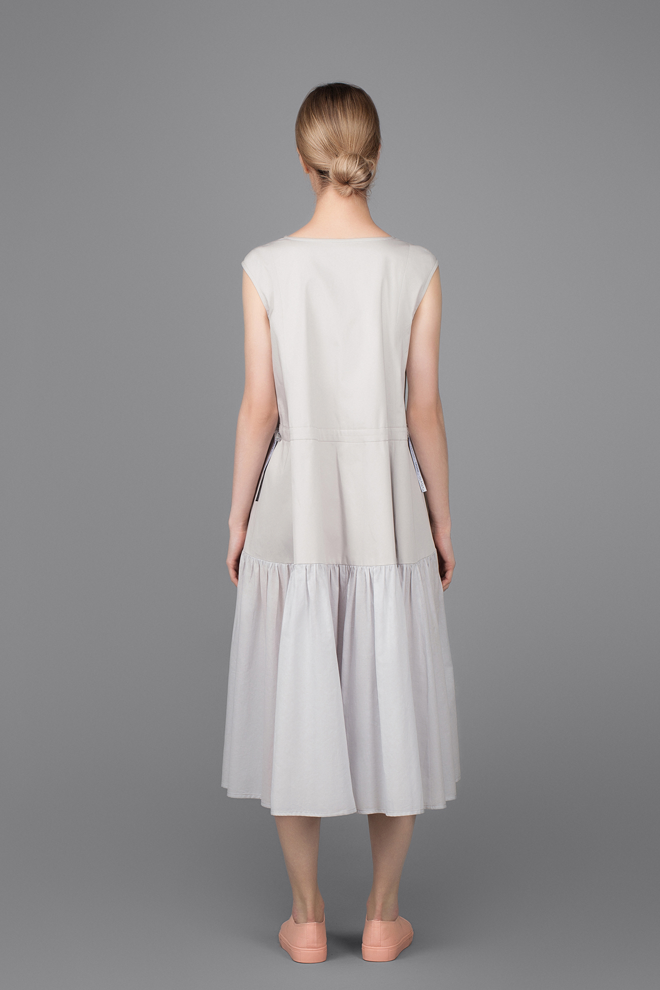 Светло-серое платье
