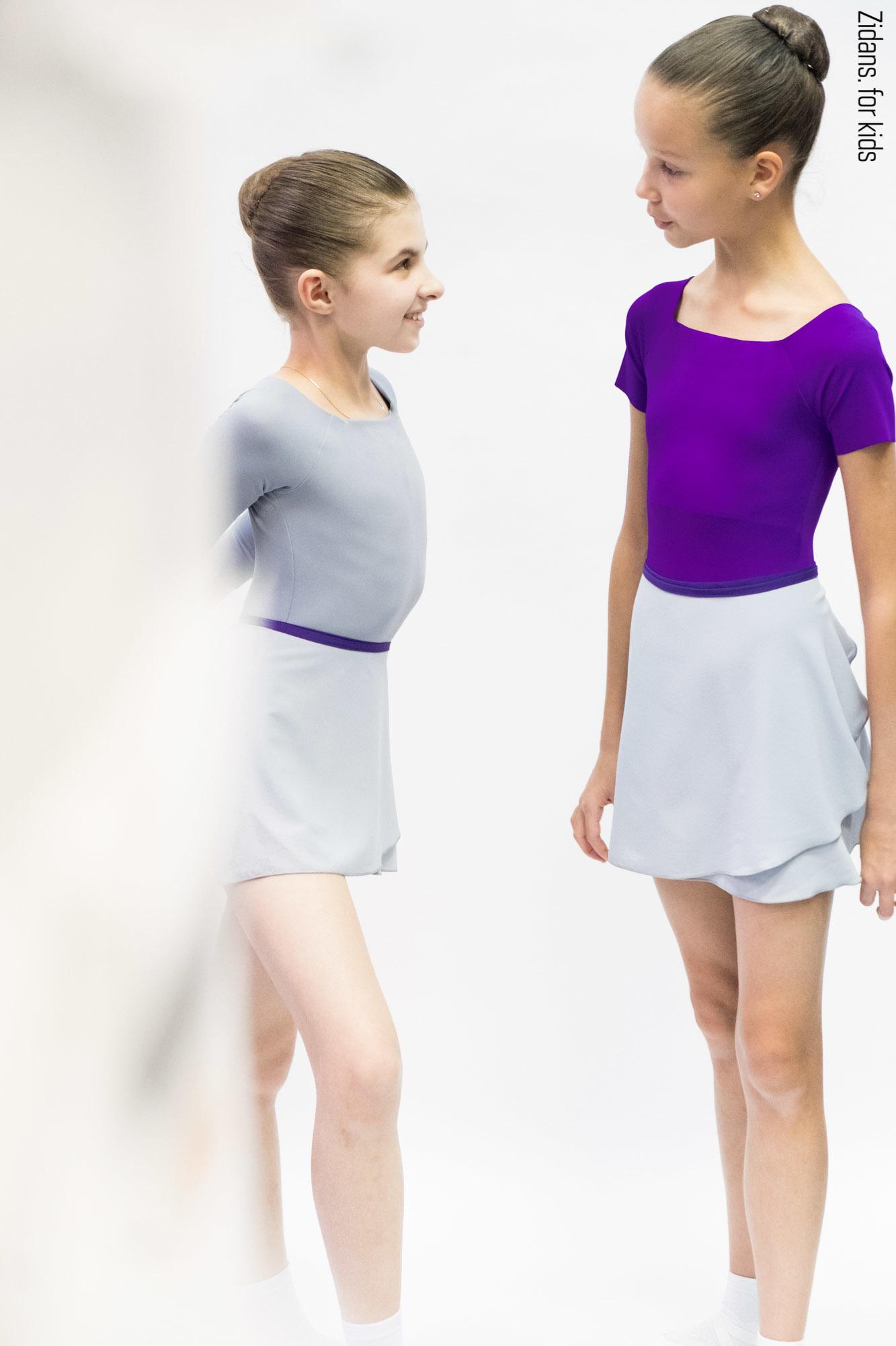 Юбка на запах серая с контрастным фиолетовым поясом